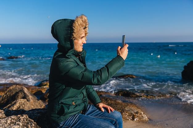 Giovane Sorridente Che Prende Un Selfie Sul Telefono Cellulare