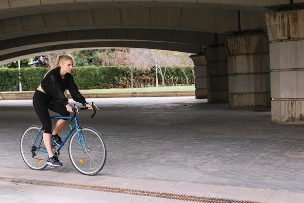 Giovane sportiva in bicicletta Foto Gratuite