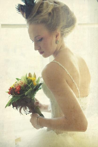 Giovane sposa romantica nell'interno d'annata Foto Premium