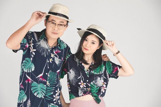 Giovane sposo e sposa asiatici che posano e che sorridono per il pre-matrimonio. Foto Premium