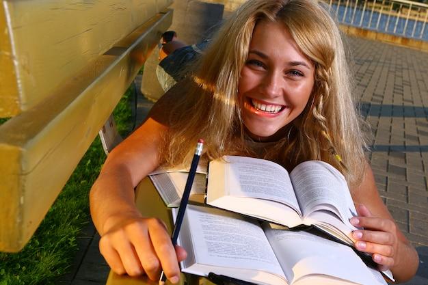 Giovane studente attraente che legge il libro Foto Gratuite