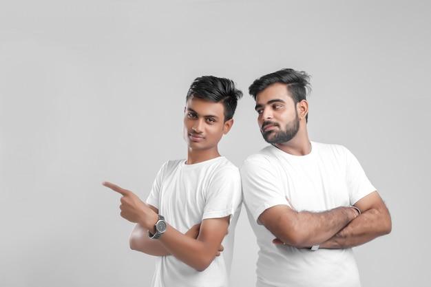 Giovane studente di college indiano che mostra direzione Foto Premium