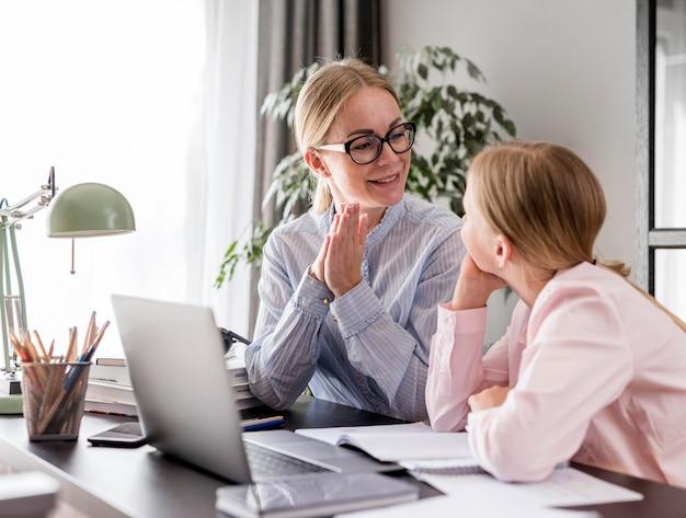 Giovane studente essendo a casa istruito Foto Gratuite