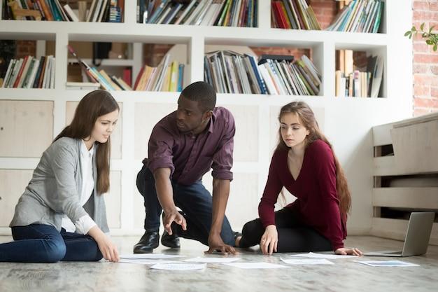 Giovane team di progetto di brainstorming lavorando insieme sul piano ufficio, lavoro di squadra Foto Gratuite