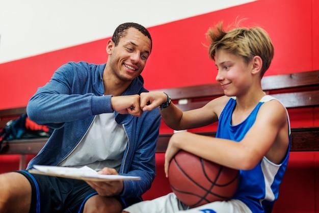 Giovane tiro del giocatore di pallacanestro Foto Gratuite