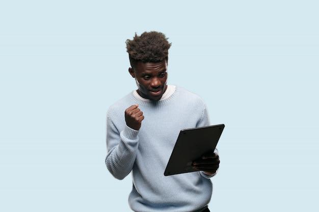 Giovane uomo afroamericano che esprime un concep Foto Premium