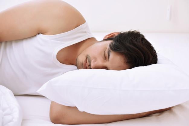 Giovane uomo asiatico che dorme confortevolmente Foto Premium