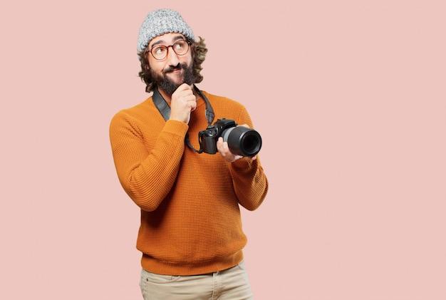 Giovane uomo barbuto con macchina fotografica Foto Premium