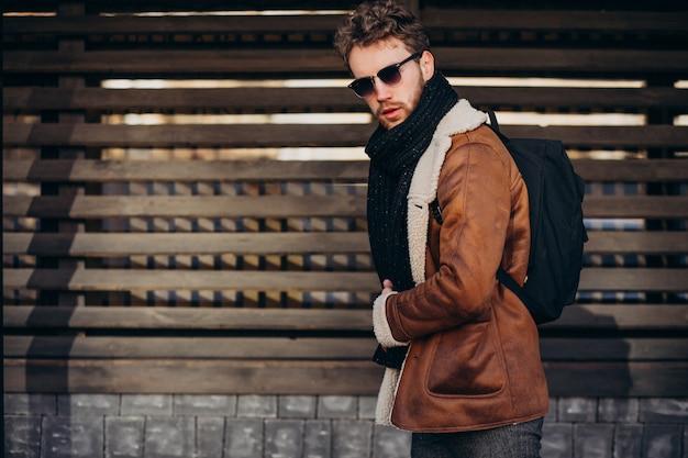 Giovane uomo bello che viaggia con la borsa Foto Gratuite