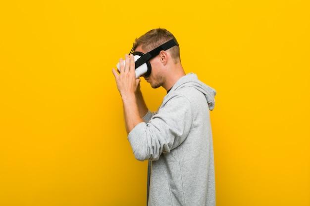 Giovane uomo caucasico che usando i vetri di una realtà virtuale Foto Premium