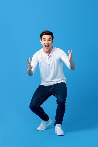 Giovane uomo caucasico nel gesto sorpreso Foto Premium