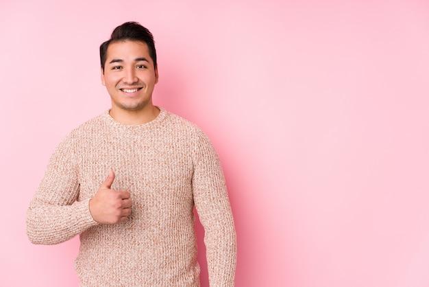 Giovane uomo curvy che posa nel rosa Foto Premium