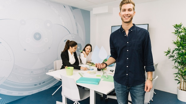 Ufficio Di Leva : Riuscita squadra sorridente di affari che si leva in piedi nell
