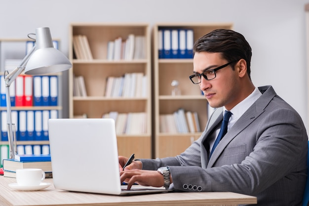 Giovane uomo d'affari bello che lavora all'ufficio Foto Premium