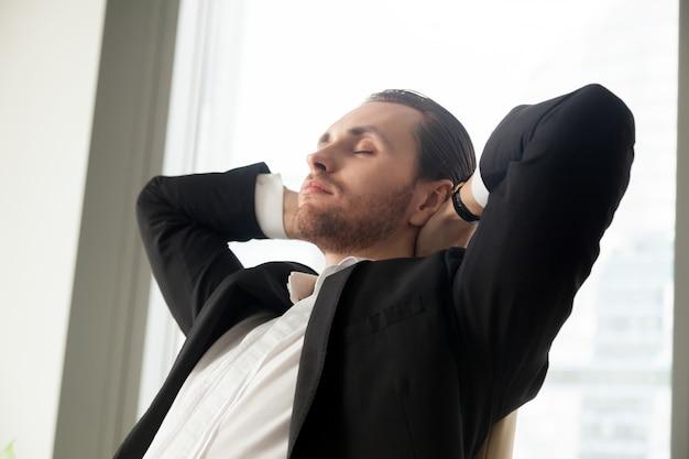 Giovane uomo d'affari che riposa al lavoro Foto Gratuite