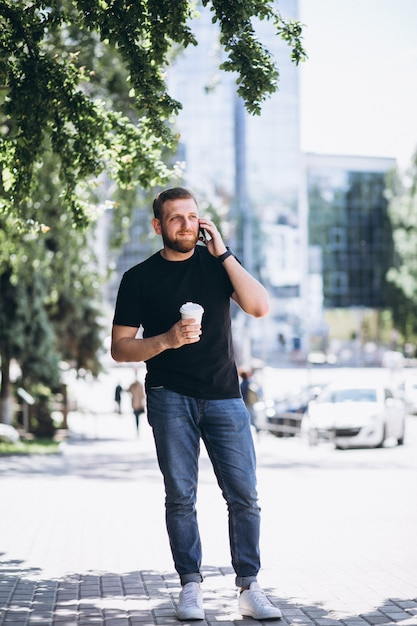 Giovane uomo d'affari parlando al telefono Foto Gratuite
