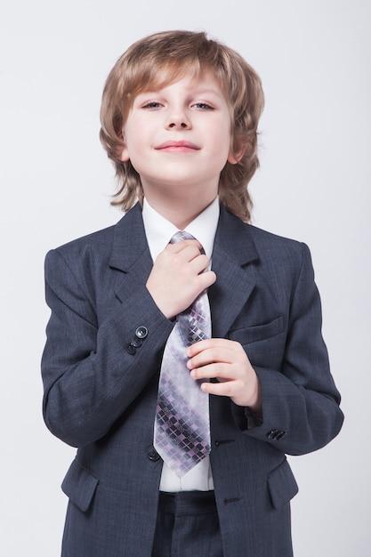 Giovane uomo d'affari riuscito energico in un vestito classico dritto Foto Premium