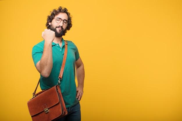 Giovane uomo delle free lance che rappresenta un concetto contro l'arancia isolata Foto Premium