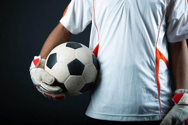 Giovane uomo di calcio del portiere isolato della squadra di calcio dell'accademia Foto Gratuite