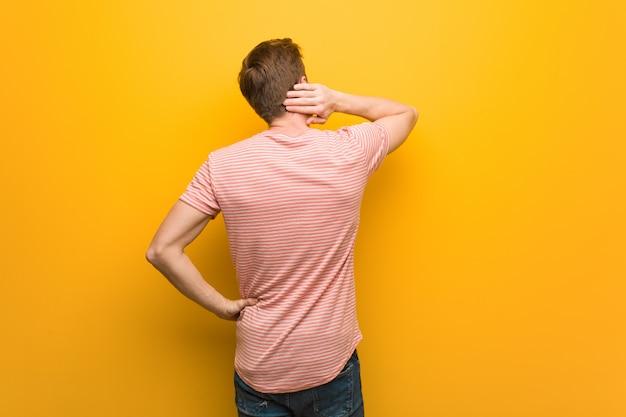 Giovane uomo di redhead da dietro a pensare a qualcosa Foto Premium