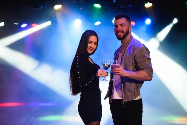 Giovane uomo e donna godendo una festa. Foto Premium