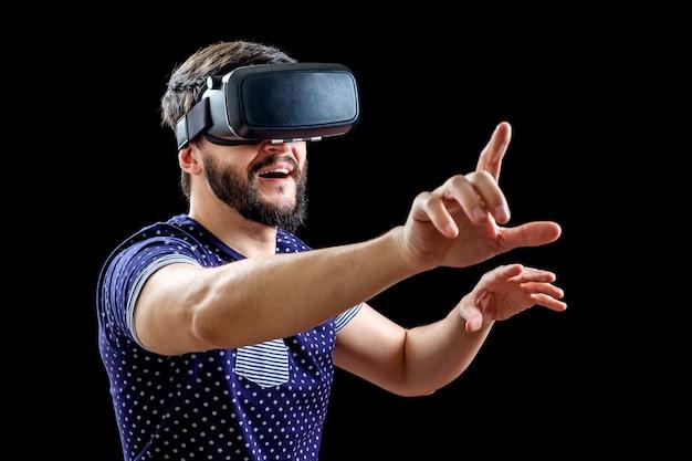Giovane uomo felice vivendo la realtà virtuale Foto Premium