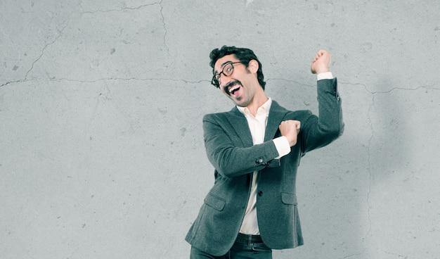 Giovane uomo freddo su sfondo grunge Foto Premium