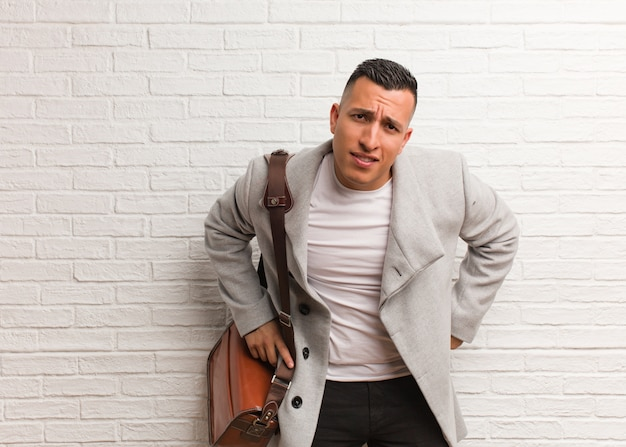 Giovane uomo latino di affari che rimprovera qualcuno molto arrabbiato Foto Premium