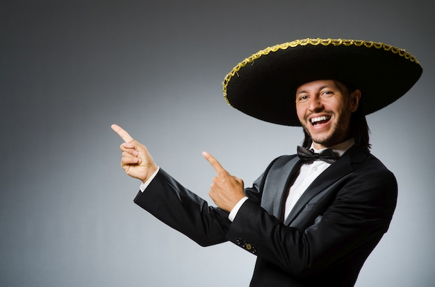 Giovane uomo messicano che indossa sombrero Foto Premium