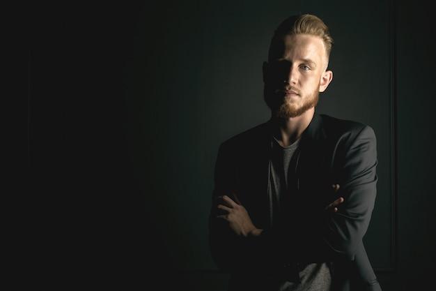 Giovane uomo moda barbuto Foto Premium