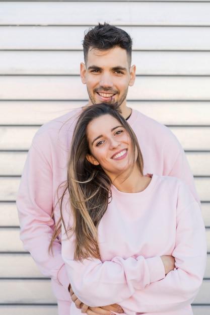 Giovane uomo sorridente che abbraccia donna felice attraente Foto Gratuite
