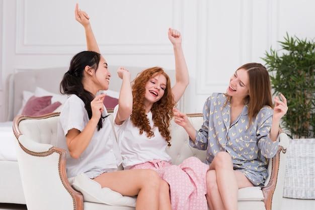 Giovani amiche che hanno il pigiama party Foto Gratuite