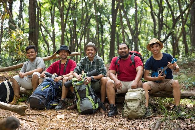 Giovani amici che fanno un'escursione insieme Foto Premium