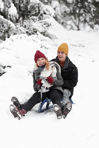 Giovani belle coppie divertendosi e avendo una coperta Foto Gratuite