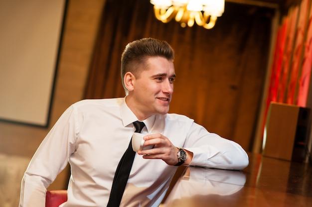 Giovani che bevono caffè Foto Premium