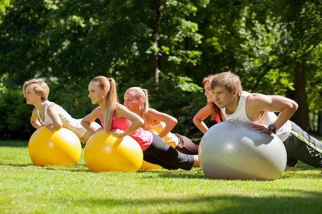 Giovani che lavorano in un parco Foto Gratuite