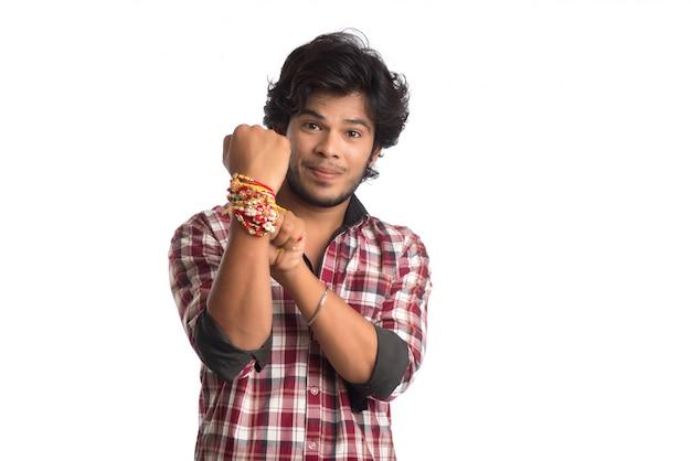 Giovani che mostrano rakhi sulla sua mano in occasione del festival di raksha bandhan. Foto Premium