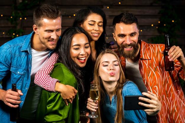 Giovani che prendono insieme un selfie Foto Gratuite