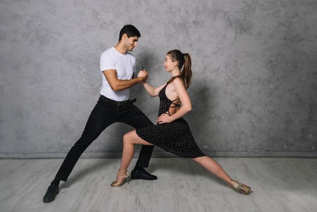 Giovani compagni di ballo che ballano il tango Foto Gratuite