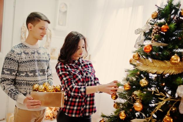 Giovani coppie alla moda con i regali di natale e la decorazione di nuovo anno Foto Premium