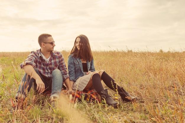 Giovani coppie alla moda moderne all'aperto. giovani coppie romantiche nell'amore all'aperto nella campagna Foto Gratuite