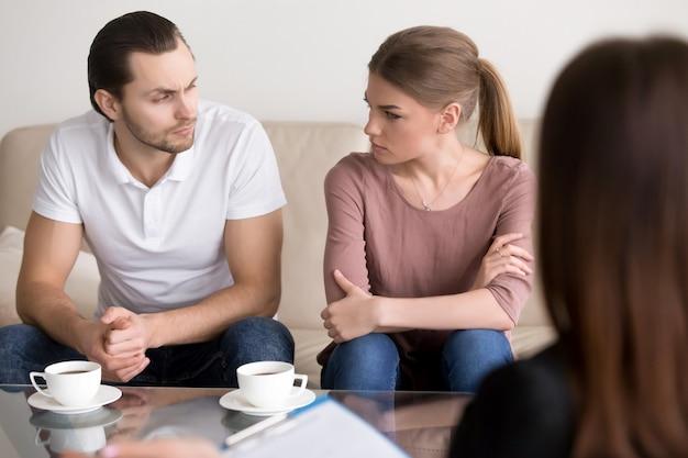 Giovani coppie allo psicologo, guardandosi l'un l'altro con odio Foto Gratuite