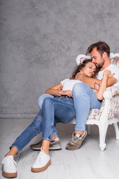 Giovani coppie che dormono in poltrona Foto Gratuite