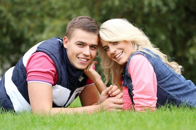 Giovani coppie che esprimono i loro sentimenti in un parco Foto Gratuite