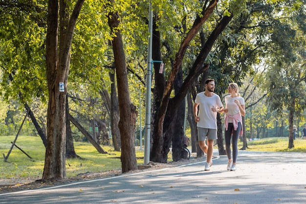 Giovani coppie che pareggiano nel parco. Foto Premium
