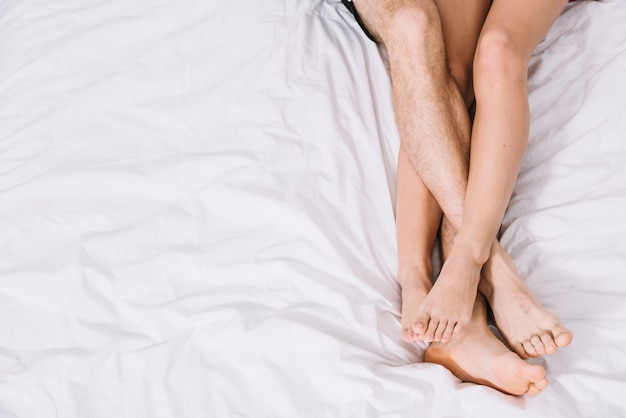 Giovani coppie che riposano sul letto bianco Foto Gratuite