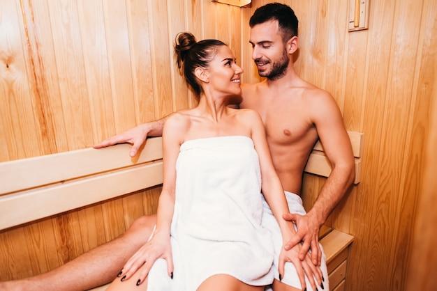 Giovani coppie che si rilassano nella sauna Foto Premium