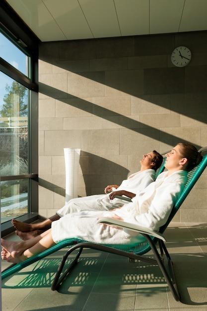 Giovani coppie che si rilassano nella stazione termale di benessere Foto Premium