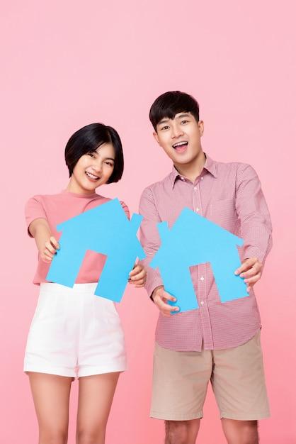 Giovani coppie che tengono i simboli della casa Foto Premium