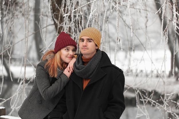 Giovani coppie con la donna vaga e l'uomo serio Foto Gratuite